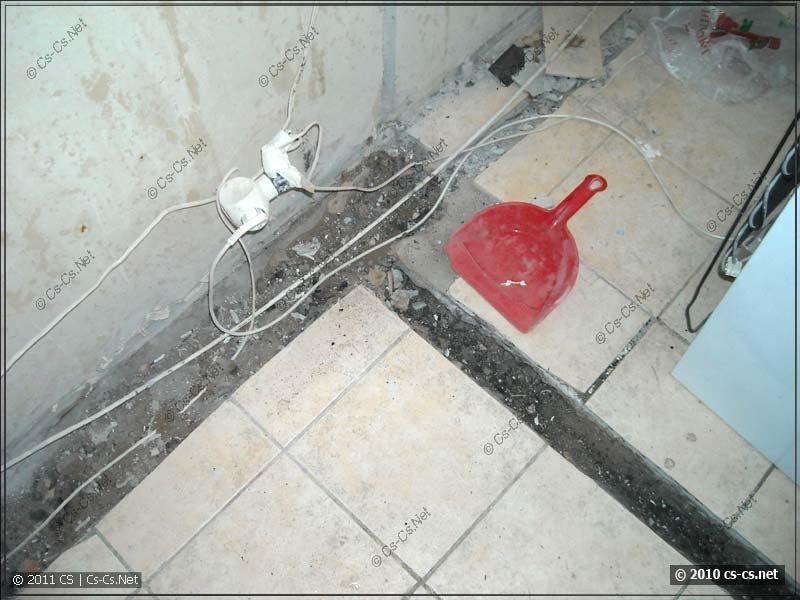 Прорезанные в плитке горизонтальные штробы для кабелей