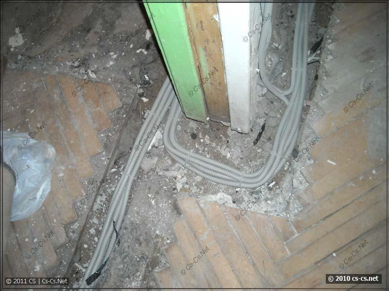 Много уложенных в полу кабелей выглядят довольно красиво