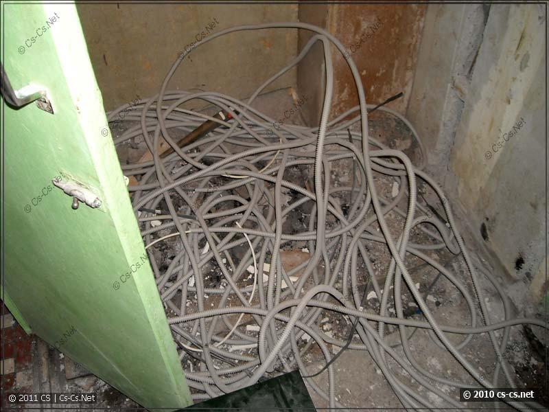 В противовес куче неуложенных кабелей в прихожей-коридоре