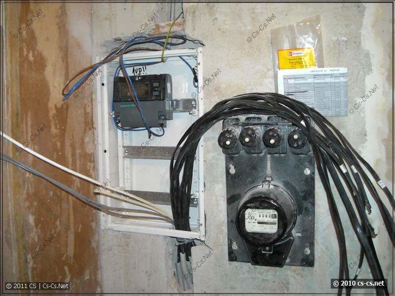Подключенный ввод, опломбированный счётчик и куча кабелей