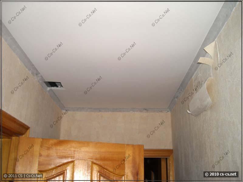 Потолок рядом с ванной после потопа (искали распайки)