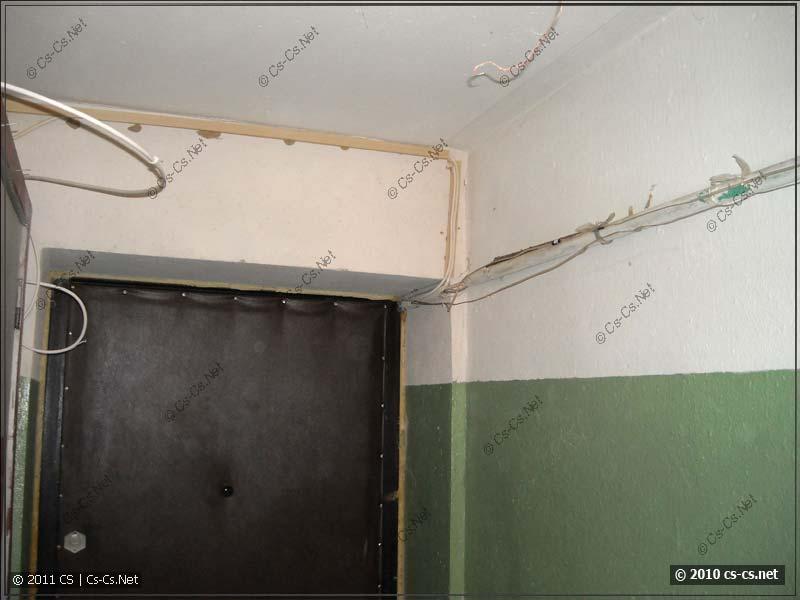 Тамбур перед квартирой и куча проводки к этажным щиткам