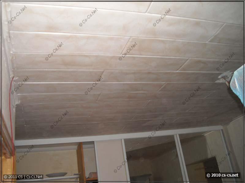 Исследуем каналы в потолочных плитах на предмет протягивания кабелей