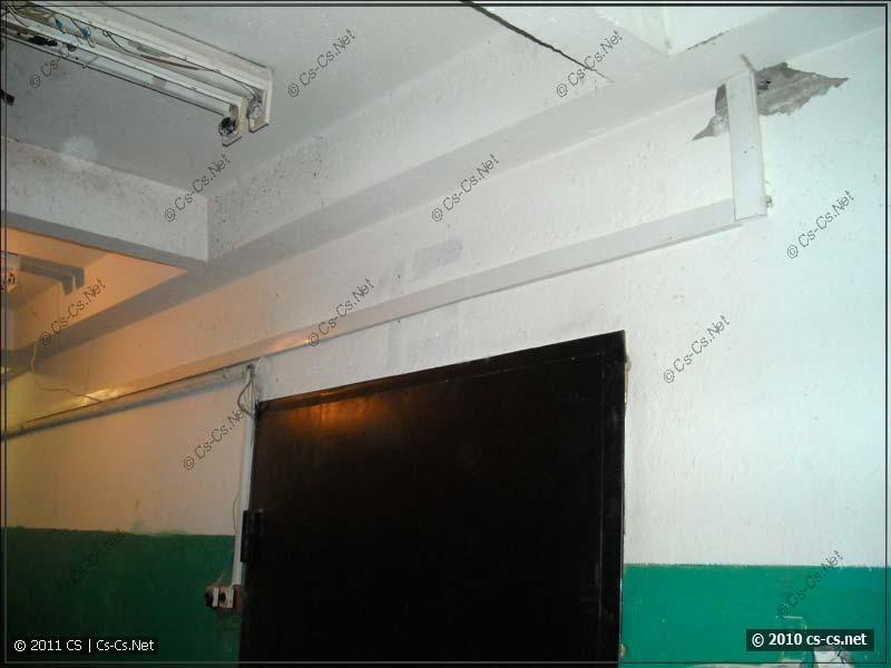 Кабели в коробе на этажной площадке