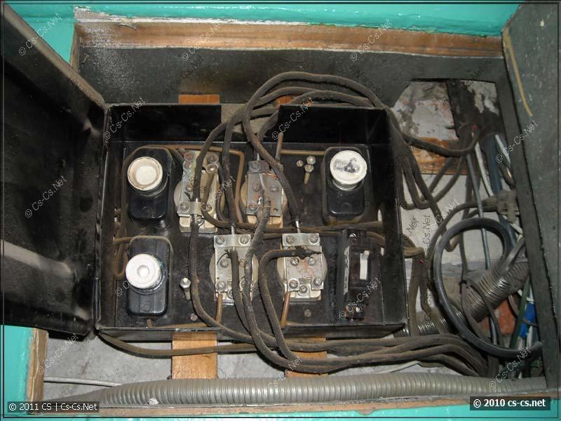 Старый этажный щиток с пробками, ограничивающими мощность, выделенную на квартиру