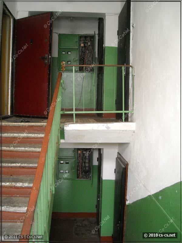 Два щитка на соседних этажах, на которых располагается кросс