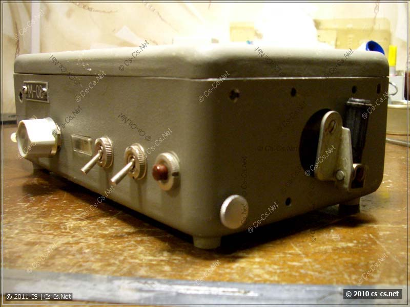 Вид на пульт сбоку, видна ручка динамо-машинки для зарядки