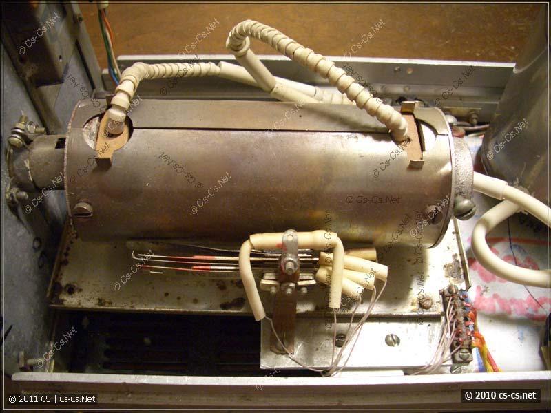 Биметаллическое реле и терморезистор рядом с нагревателем