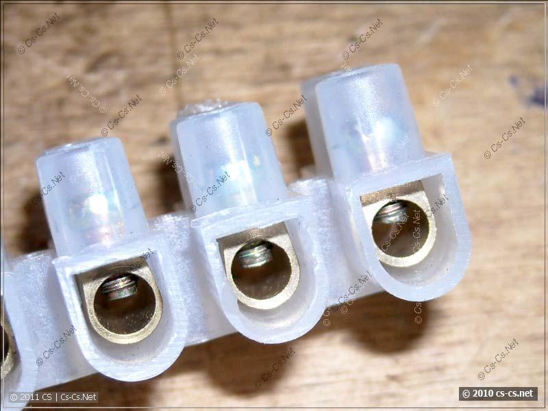 Винты зажима проводника пластиковых клеммных колодок крупным планом