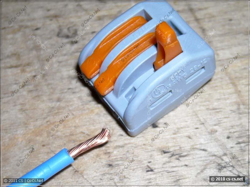 Открываем рычажок и вставляем в клеммник провод