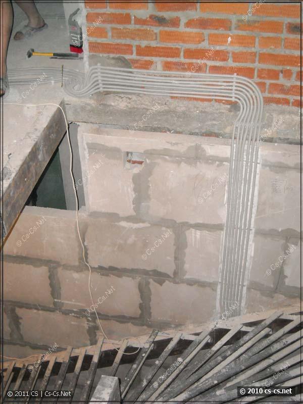 Прокладка кабелей в гофре на клипсах по стенам