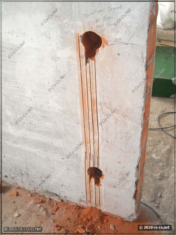 Прорези в кирпичной стене после работы штроборезом
