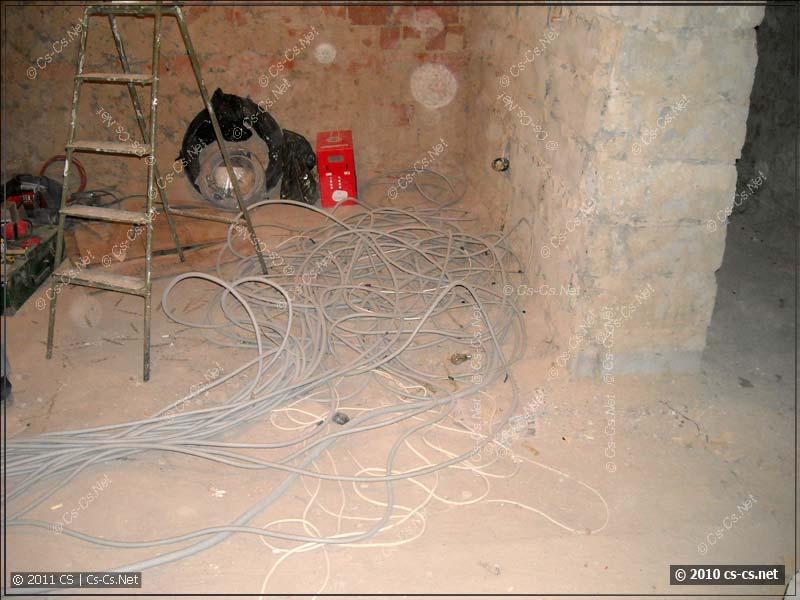 Размотанные кабели затянуты в гофру