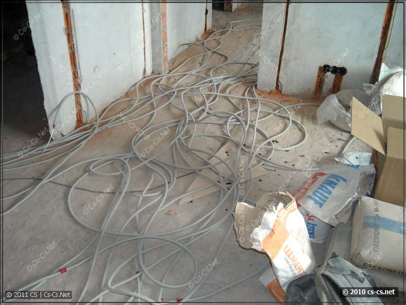 Куча отмерянных кабелей перед укладкой на пол и в штробы