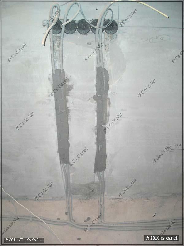 Кабели уложены в штробу и закреплены штукатуркой (алебастром)