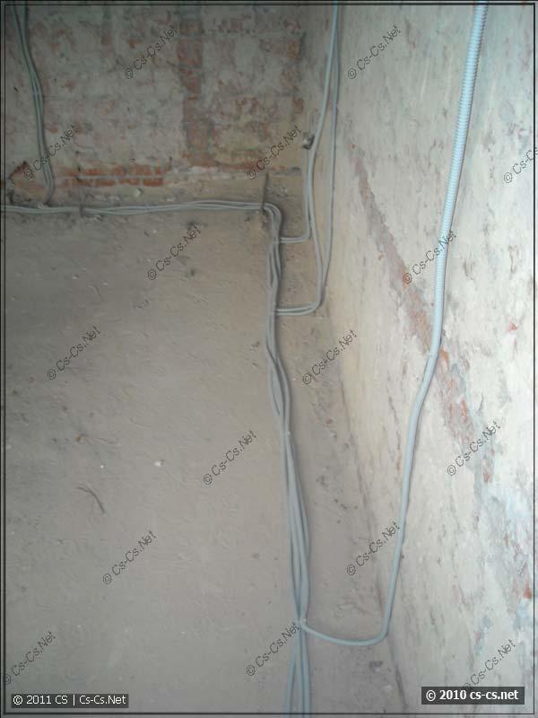 Укладка кабелей по полу вдоль стен (с отступом)