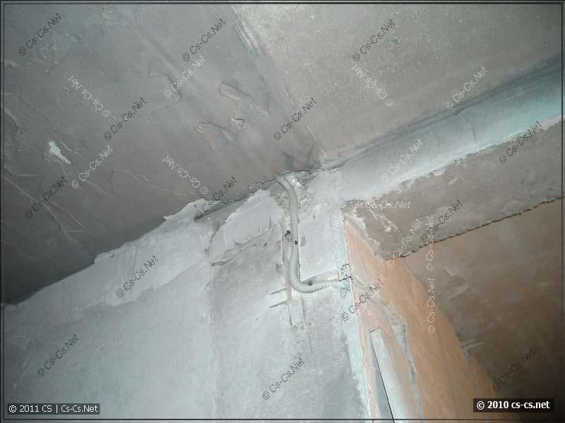 Переход кабеля освещения из стены на потолок