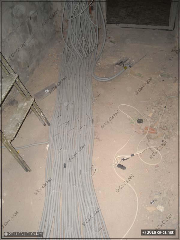 Кабельный Ктулху аккуратно разложен по направлению к будущему щитку
