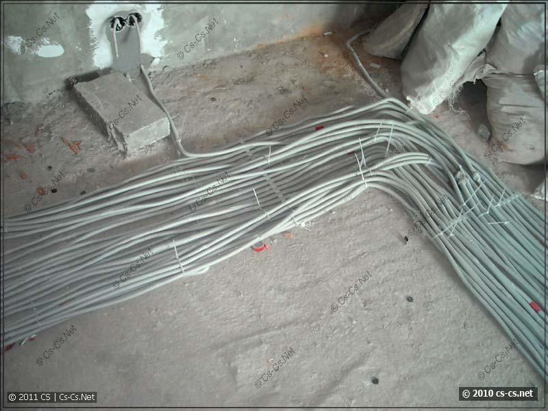 Большая пачка силовых кабелей в стяжке (в два слоя)