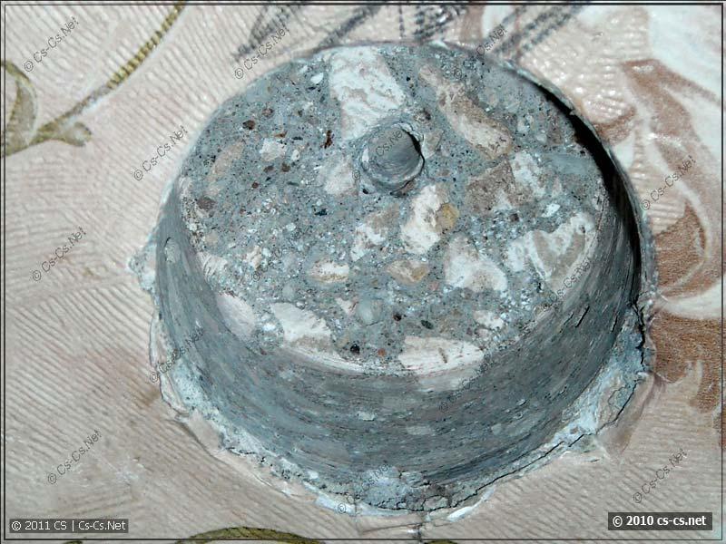 Отверстие в бетонной плите после работы алмазной коронкой