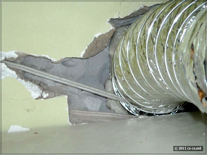 Мешающуюся проводку обходим гибким воздуховодом