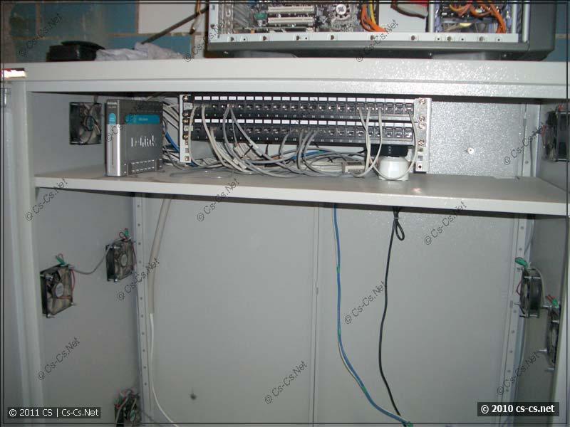 Часть СКС в серверном шкафу: патч-панели