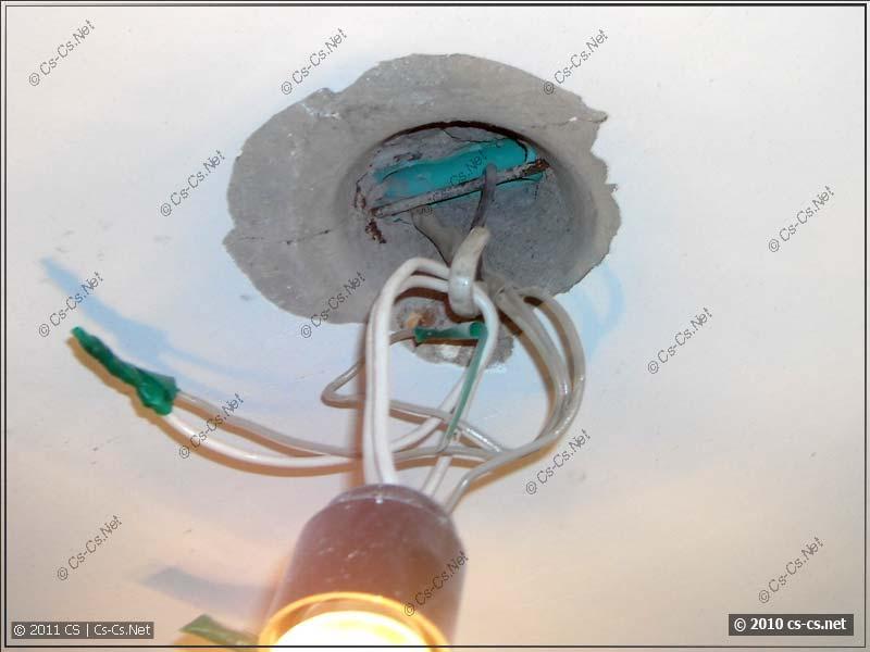 Место в панельном доме для подвески светильника и канал для проводки