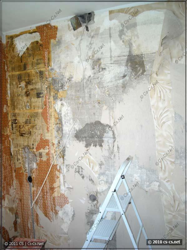 Розетка на стене и распаечная коробка над ней в панельных домах