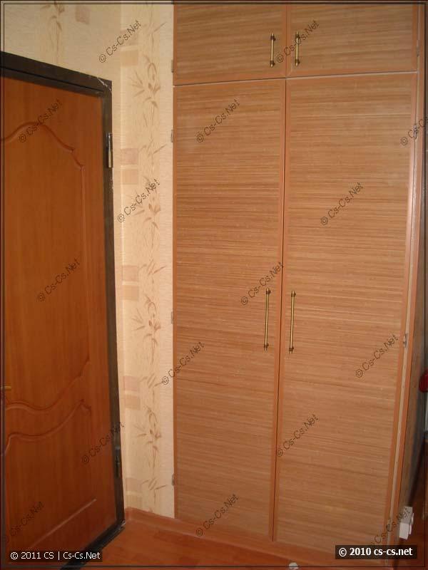 Обычный встроенный шкаф в II-49, отделанный бамбуковым полотном