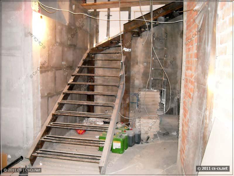 Лестница нв второй уровень квартиры