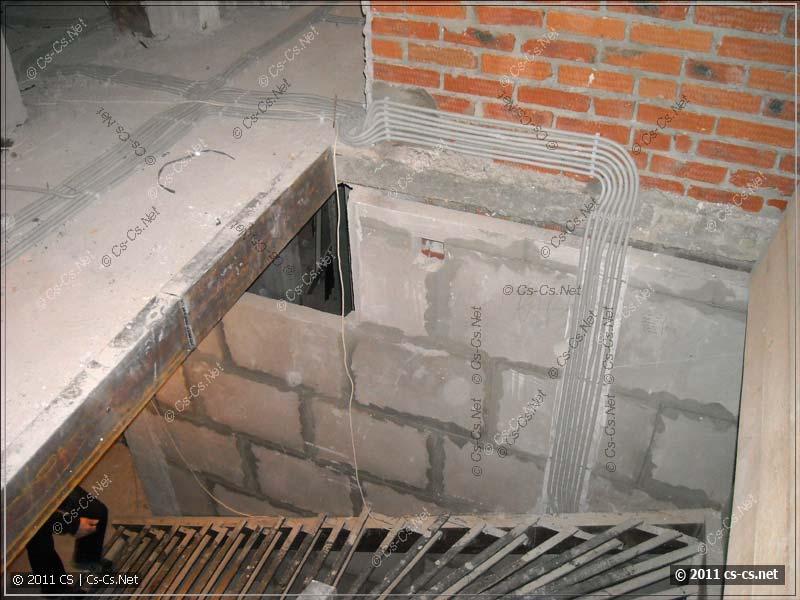 Опуск кабелей слаботочки со второго на первый этаж