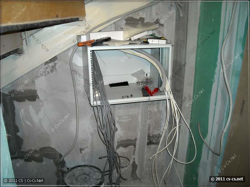 Шкаф закреплён и все кабели выпущены
