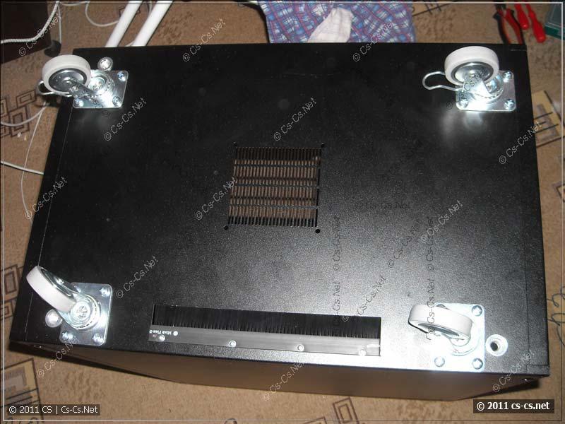 Шкаф был поставлен на нештатные ролики-колёса