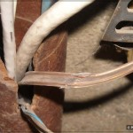 Повреждение телефонного кабеля: изоляция содрана о край трубы