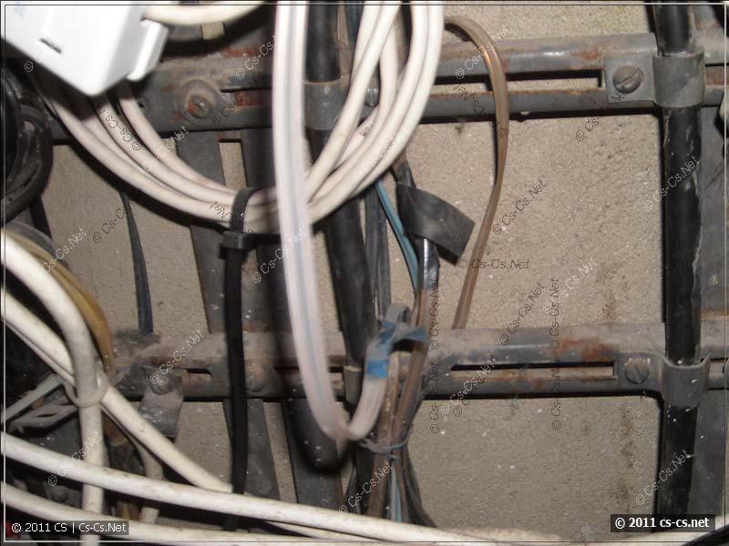 На пути телефонного кабеля - ещё скрутки