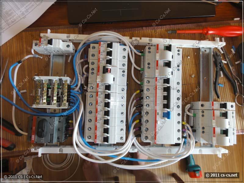 Соединяем всё проводами по схеме (раскидываем по фазам)