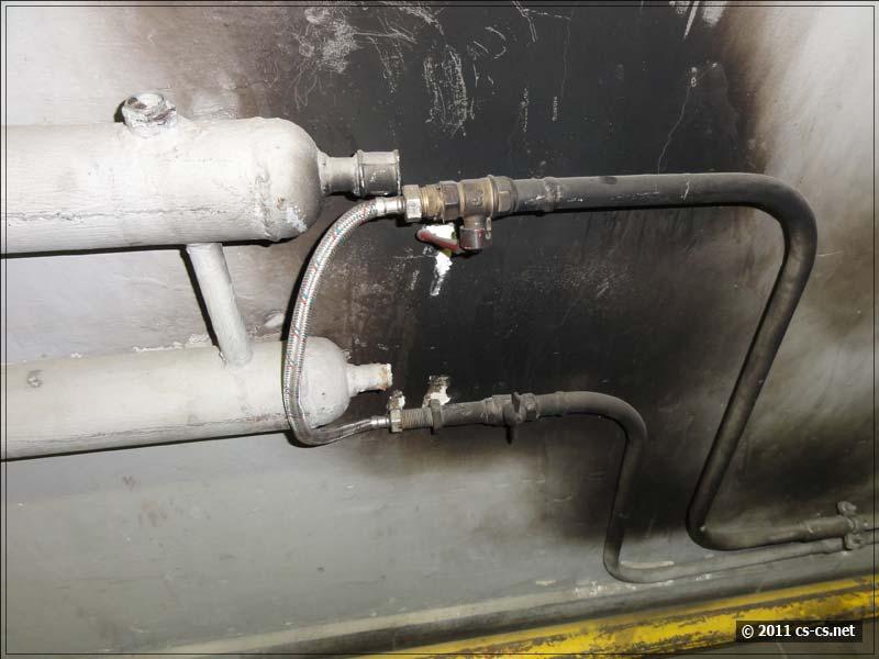 Обрезанные конвекторы отопления и гибкая подводка (ближе)