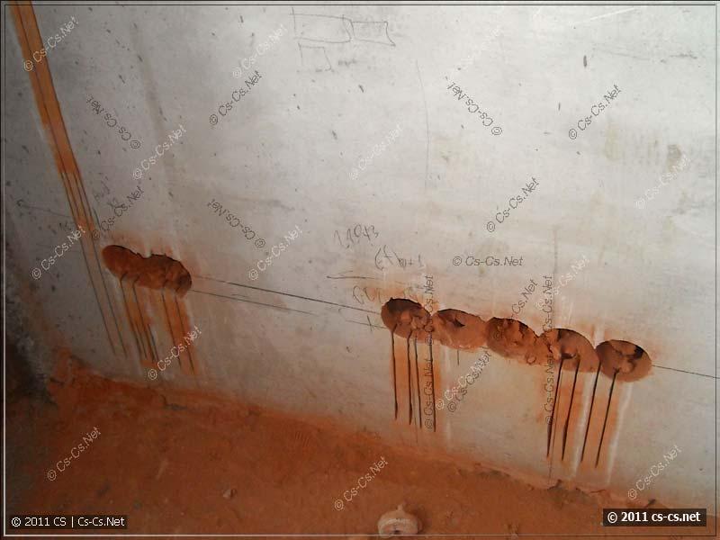 Отверстия для подрозетников и штробы в стене