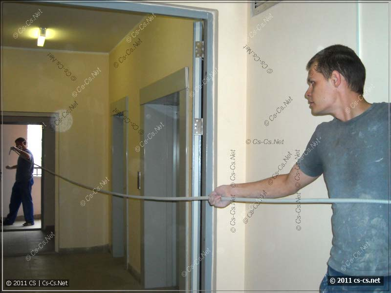 Затягиваем кабели в гофру