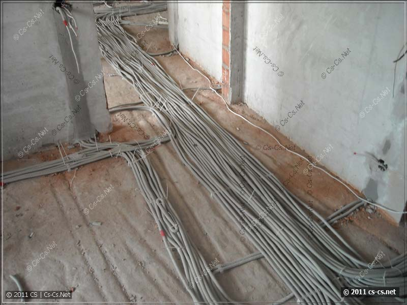 Трассы кабелей на полу квартиры