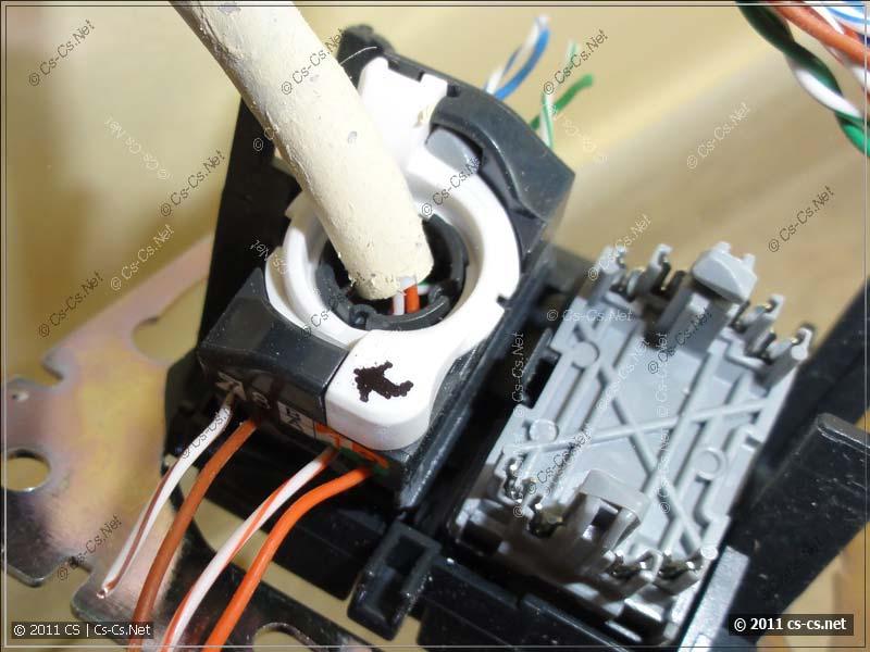 UTP розетка LeGrand Valena: Фиксируем модуль поворотом