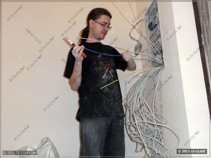 Первым делом подключаем вводной кабель