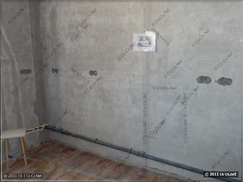 Стена с пробитыми отверстиями для подрозетников готова для штробления