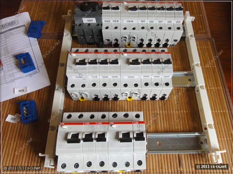 Расставляем все компоненты щитка на DIN-рейку в соответствии с планом