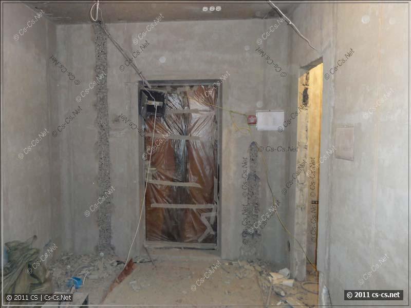 Штробы в бетоне для вводных кабелей и домофонного блока