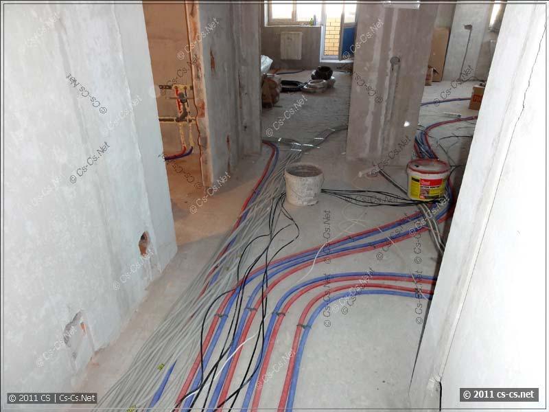 Пачка кабельных линий выходит из комнаты