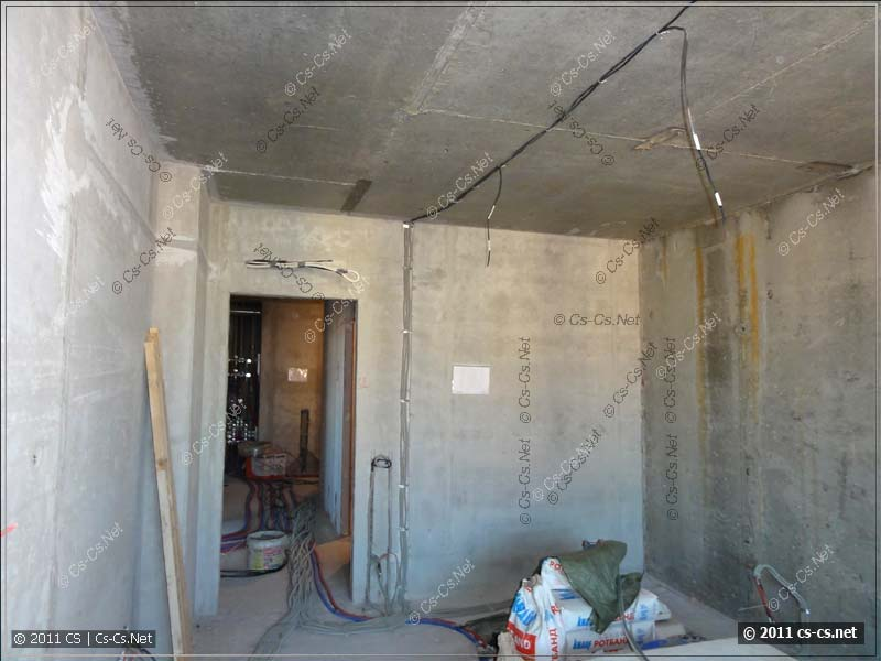 Разводка кабелей внутри комнаты (в том числе и по потолку)