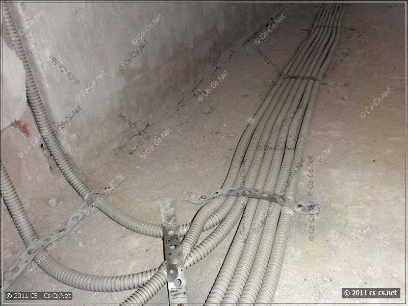Гофры с кабелями закреплены при помощи монтажной ленты