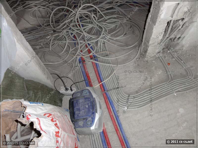 В комнате кабели ещё уложены, а вот дальше - полный ктулхизм