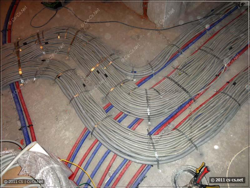 Между ковром из кабелей оставлено место для лаг пола